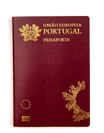 白い背景に隔離されたポルトガルのパスポート