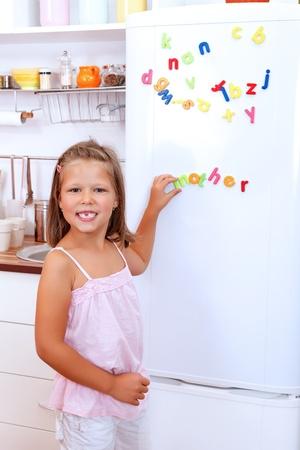frigo: Meisje met brief koelkast magneten in de keuken