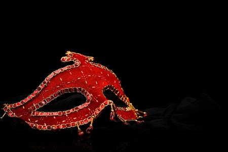 mascara de carnaval: Roja adornada máscara de carnaval en el fondo negro
