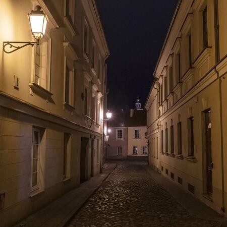 Old street at night. Vintage street llamp on the wall building. Standard-Bild - 140246039