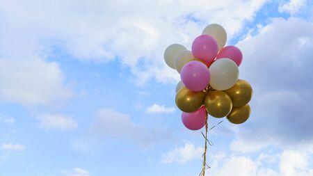 Ballons colorés sur le fond bleu classique. Concept de joyeux anniversaire, mariage, fête et vacances utilisé pour le fond. Espace pour le texte.e