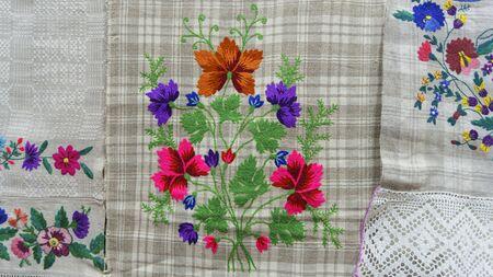 Gut bestickt wie handgemachtes ethnisches slawisches Kreuzstichmuster. Handtuch mit Ornament. Folk-Konzept. Standard-Bild