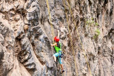 manos y pies: Basalto desafío de Tungurahua, Ejercicio Escalada Rescate, Demostración de una chica escalador en un concurso público, América del Sur Foto de archivo