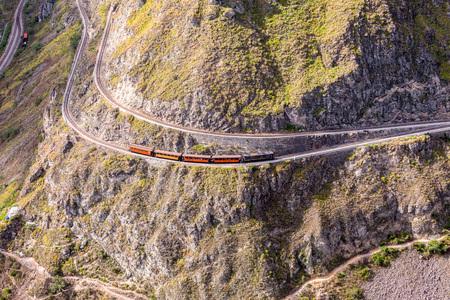 nariz: Paseo del tren, diablos Nariz, Nariz del Diablo, Ecuador, América del Sur, Vista superior del tren que circunda alrededor de la montaña