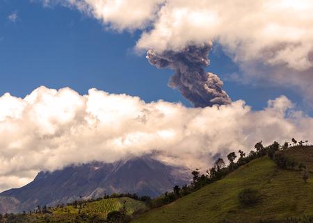 south  america: Explosión de día de Tungurahua, Ecuador, América del Sur Foto de archivo