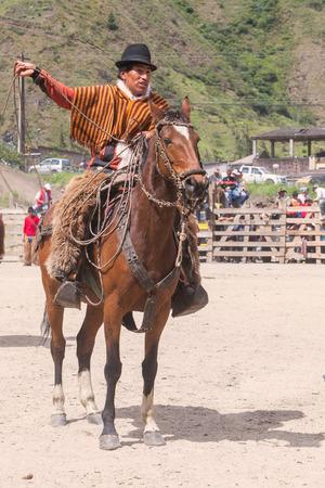 uomo a cavallo: Banos, Ecuador - 30 November 2014: Old Latin Horseman Riding A Horse, South America Competition In Banos On November 30, 2014 Editoriali