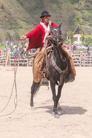 uomo a cavallo: Banos, Ecuador - 30 Novembre 2014: Giovane Cavaliere ad una competizione locale, Sud America a Baños Il 30 novembre 2014