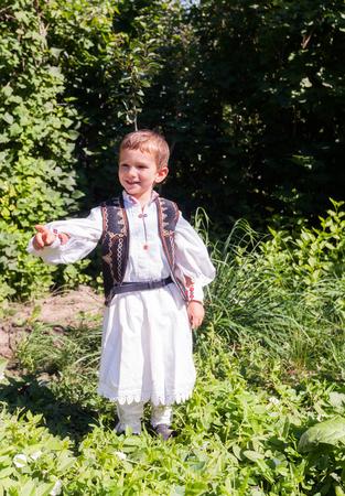 campesino: Campesino Rumano Niño vestido con el traje tradicional rumana