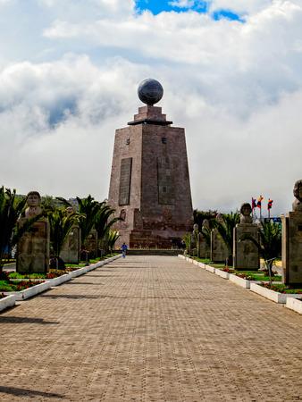puntos cardinales: Monumento gigante de centro del mundo, Mitad del Mundo, Am�rica del Sur