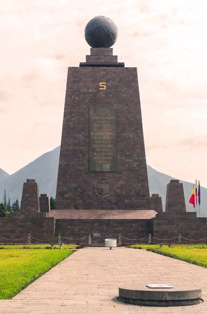 puntos cardinales: La imposici�n de Monumento Del centro del mundo, Mitad del Mundo, Am�rica del Sur