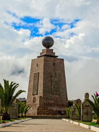 puntos cardinales: Centro del mundo, Mitad del Mundo, Vista de frente, Am�rica del Sur
