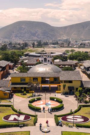 puntos cardinales: Mitad Del Mundo pueblo es el pueblo donde la línea cruza de Ecuador, América del Sur