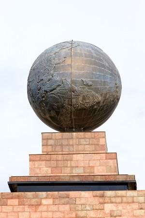 puntos cardinales: Mitad del Mundo, Una Norte famoso nacional Situado de Quito, Ecuador Editorial