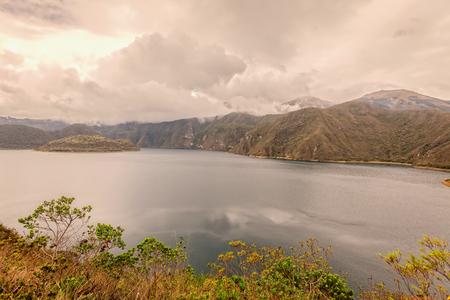 cavie: Laguna Cuicocha, Lago di Guinea suini o Kuychikucha, Rainbow Lake è Un km di larghezza Caldera e Crater Lake 3 Al Piede Della Cotacachi Vulcano nella Cordillera Occidental Of The Ande ecuadoriane, Sud America Archivio Fotografico