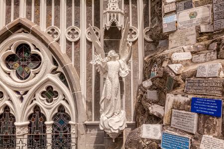 Particolare dell'angelo Statua Outside The Las Lajas Santuario, Basilica Chiesa costruita all'interno del canyon del fiume Guaiatara, Colombia, Sud America