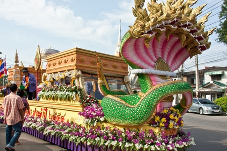 allow: Inherited a long tradition in Thailand. The royal procession along the streets. Allow people to pay homage to the chance to live respectfully.