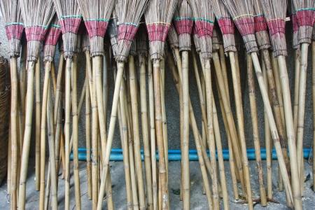 La invenci�n de la escoba para limpiar el particular hay opciones apropiadas Foto de archivo