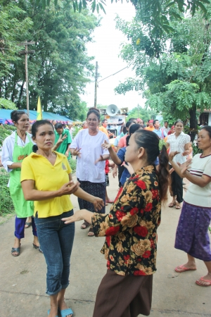 Kalasin, Tailandia - el 25 de agosto no se sabe el nombre y el n�mero de personas que asisten a una ceremonia religiosa el 25 de agosto de 2012 en Kalasin, Tailandia
