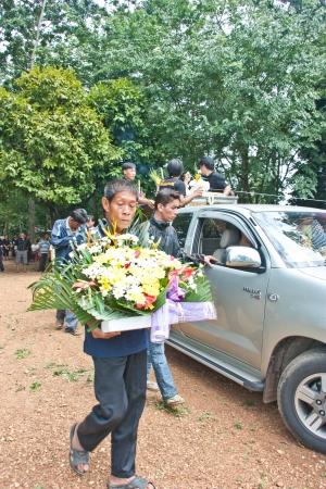 Sa Kaeo, Tailandia - el 08 de septiembre La gente no identificada que asisti� a la ceremonia a las almas de los muertos van al cielo, donde un entorno rural el 8 de septiembre de 2012 en Sa Kaeo, Tailandia