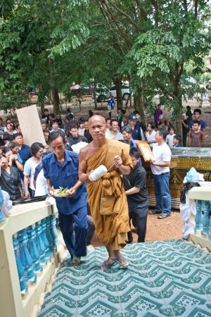 Sa Kaeo, Tailandia - el 08 de septiembre La gente no identificada que asisti? a la ceremonia a las almas de los muertos van al cielo, donde un entorno rural el 8 de septiembre de 2012 en Sa Kaeo, Tailandia