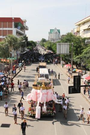 attended: Chachoengsao Tailandia - 14 de noviembre:. Desconocido para muchas personas asistieron a la fiesta de alegr�a. A�o el 14 de noviembre de 2013. en Chachoengsao, Tailandia. Editorial