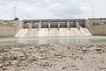 Dam (Ingl�s: dam) es para la construcci�n de un gran embalse de agua. M�s de la mitad de las principales presas de los r�os de todo el mundo tendr� que tomar ventaja de ninguna manera.