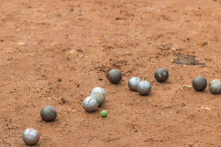 bocce: Petanque, croquet is played by a cast iron ball closer to the core (cochonnet) of wood as much as possible.