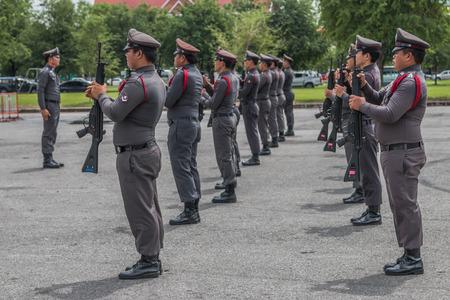 offence: El nombre de las autoridades policiales. Es responsable de patrullar detenci�n mantenimiento de la paz y reprimir el delito. Llam� a la polic�a de guardia como sheriff. Editorial