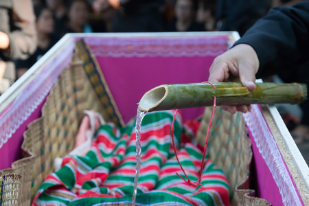 Funeral rites in Thailand is divided into three ceremonies, including burial ceremony watering funeral liturgy. Ceremony and Jacques in the business The ceremony is to start bathing the corpse.