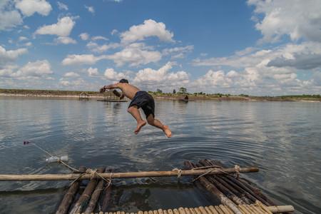 El salto de agua es un deporte que tiene una forma de saltar al agua desde el trampolín. O conocido popularmente en inglés como el trampolín desde el aterrizaje o la torre de salto.