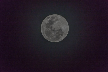 Moon is the only one of the moons. A large moons in the solar system with five consecutive world average distance of about 384,403 kilometers from the center to the center. Imagens