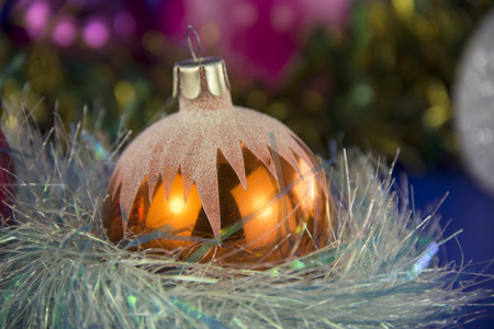 atmosfera: Hermosa bola de Navidad en un ambiente de Navidad Foto de archivo
