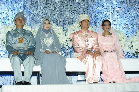 malay wedding couples in traditional dress at wedding festival 2012, PWTC 7.4.2012 kuala lumpur malaysia Stock Photo - 13063929
