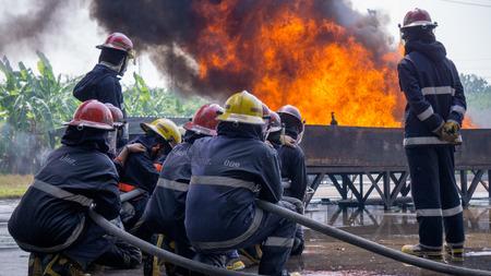 Brandbestrijdingsteam training tot blussen van buitenbrand