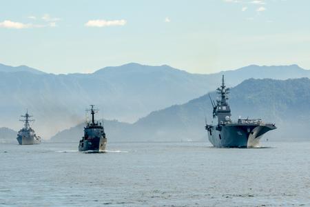 PADANG, INDONEZJA-16 kwietnia 2016 r.: Statek SLNS Samudura (P621) Sri Lanka, japoński statek JS (DDH-182) Ise, USS Stockdale (DDG-106) Amerykański statek pływa w porcie podczas wielostronnych ćwiczeń morskich Komodo 2016