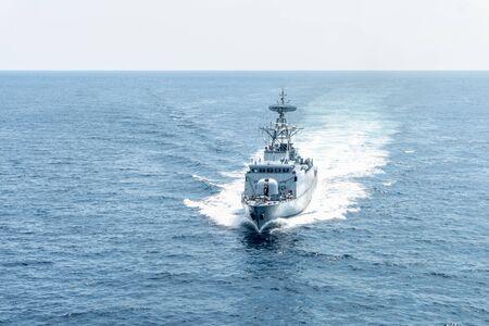 Un navire de la marine de patrouille moderne navigue dans la mer pendant la mission de patrouille du territoire. Opération de maintien de la paix patrouille maritime.