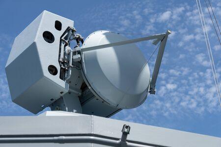 Radar de contrôle de tir à bord d'un navire de guerre de la marine moderne