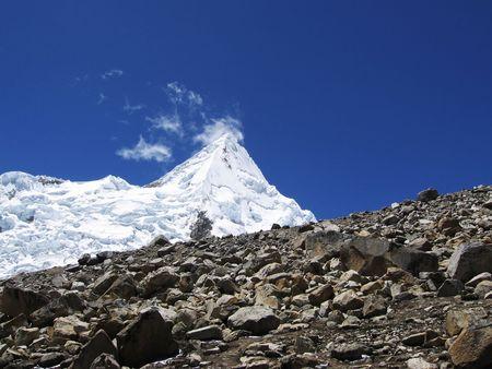 alpamayo: Summit Alpamayo in Cordilleras mountain