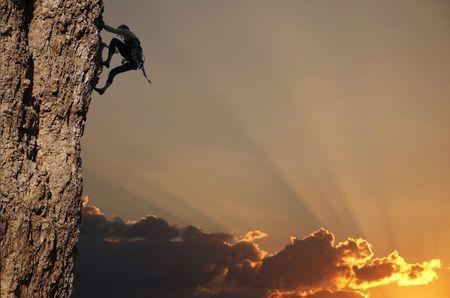 stijger: Climber silhouet van de rots op zonsondergang Stockfoto