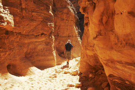 going in: El hombre va a coloridos ca��n en Egipto