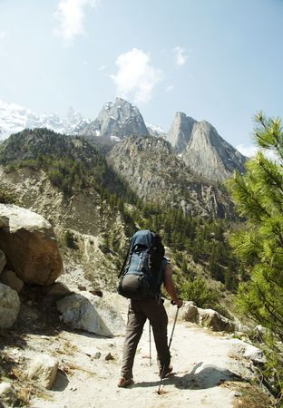 shivling: Backpackers in hike to Himalayan Stock Photo