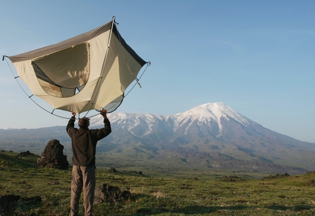 kamchatka: Uomo e tenda in montagna su Kamchatka