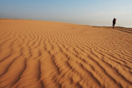 going in: Grupo de ir en la arena del desierto