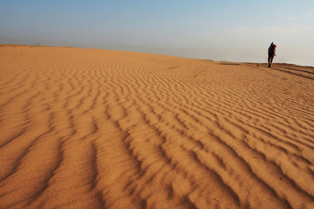 going in: Chica de ir a la arena del desierto