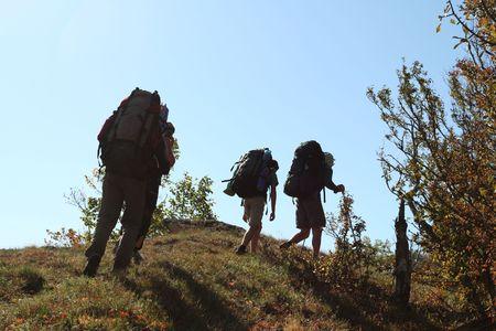 going in: Los backpackers agrupan entrar en monta�a Foto de archivo