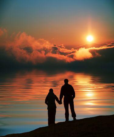 parejas caminando: Pares en puesta del sol