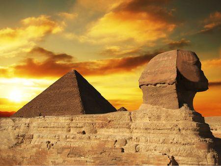 sfinx: Egyptische sfinx en de piramide op zonsondergang