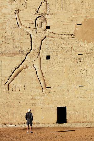 horus: Templo de Horus en Edfu, Egipto.  Foto de archivo