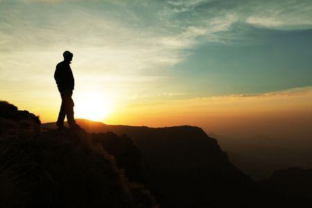 walking alone: hombre en el acantilado