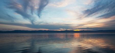 paisajes: Escena de Sunrise a orillas de Lago